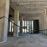 L'état actuel du hall d'accueil. Le rez-de-chaussée devrait être surélevé jusqu'au niveau de l'ancien linteau de la porte pour être au même niveau que la chaussée.