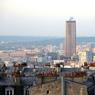 Vue de la butte Montmartre, la tour ressemble à une frêle dentelle de béton.
