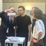 Philippe Journo (à gauche) président de la Compagnie de Phalsbourg, revient sur le projet «Mille Arbres» avec l'architecte Sou Fujimoto (à sa droite), sous l'œil attentif de Franck Argentin, PDG du Groupe RBC Mobilier et Marie de France, à la tête de l'agence parisienne de l'architecte nippon.