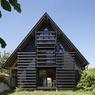Bienvenue à Tomery (77) où l'agence parisienne Arba s'est chargée de ce projet de rénovation de maison en proposant une ossature et un habillage exclusivement en bois avec de larges ouvertures.