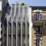 La maison plissée à Paris tire son nom de sa façade de dentelle noir en accordéon.