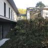 Passage par le Vexin pour découvrir cette maison divisée en deux et cachée de la rue grâce à sa végétation qui pousse jusque sur le toit végétalisé.