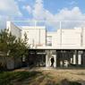Cette maison cube située dans le quartier du Petit-Colombes (92) assure à ses propriétaires une intimité certaine.