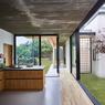 L'enjeu de sa conception a été d'allier qualité lumineuse des intérieurs à une protection de l'intimité des espaces depuis la rue.