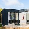 Un extension moderne qui s'adapte parfaitement au fonctionnement la maison actuelle pour cette famille de Caluire et Cuire. Les baies vitrées permettent de profiter du jardin et de l'automne.