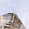Vu de près, on comprend comment les brise-soleil métalliques donnent une impression de bâtiment doté de très nombreuses facettes.