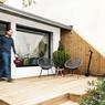 Le petit ensemble propose aux locataires une terrasse...