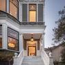Une entrée de demeure bourgeoise avec son escalier en marbre.