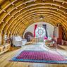 <b>Retrouver la sérénité dans une ancienne chapelle.</b> À Tours, cette ancienne chapelle du 19e siècle abrite désormais un logement de 170 m² proposé à la vente pour 845.000 euros. Ici, le salon et sa charpente en berceau brisé.