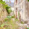 <b>Retrouver la sérénité dans une ancienne chapelle.</b> La chapelle et son jardin font partie d'une copropriété.