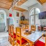 <b>Retrouver la sérénité dans une ancienne chapelle.</b> Outre une vaste cuisine dînatoire, les lieux accueillent un salon de musique et un studio d'enregistrement.