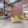 <b>Pour l'ambiance industrielle.</b> Le salon principal, très lumineux grâce à sa toiture shed. La maison est affichée à 787.500 euros.