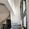 Et sur le côté de la cuisine, le fameux escalier qui ne mène nulle part...
