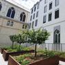 À côté du bâtiment conventuel occupé par des appartements, la chapelle a été transformée en espace commercial.