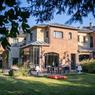 <b>Une maison à Saint-Cloud.</b> Cette réalisation contemporaine offre 650 m² habitables et près de 1500 m² de terrain pour 5,38 millions d'euros.