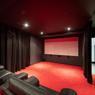 <b>Une maison à Saint-Cloud.</b> L'incontournable salle de cinéma.