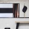 Des objets. Tous les ans, la société édite en petite série quelques objets comme ce tabouret, ce miroir-plateau ou cette console.