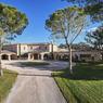 <b>Pour 39 millions.</b> La propriété dispose de 18 chambres, 3 piscines et est constituée de 3 villas.