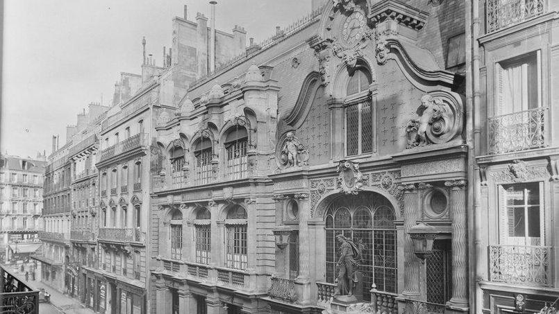 A l'époque du lancement de sa page de petites annonces, Le Figaro est installé au 26, rue Drouot (bâtiment de droite, au 1er plan), tout près de son adresse actuelle.