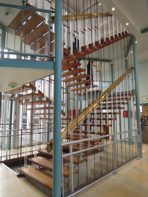 Les escaliers menant à l'étage de la bibliothèque de Nanterre sont bien beaux, mais impraticable pour les étudiants handicapés.