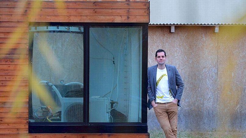 L'inventeur Matyas Gutai devant son prototype de maison isolée à l'eau. Crédit: A. Kisbenedek/AFP