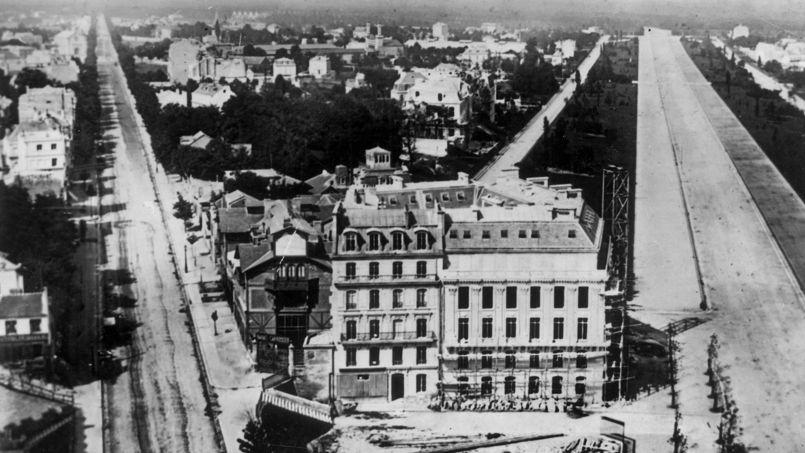 Les grands travaux d'Haussmann (ici la place de l'Etoile, à hauteur de la rue de Presbourg et de la future avenue Foch, en 1857) ont considérablement remodelé Paris et ses prix immobiliers. Crédit: Rue des Archives/Tallandier