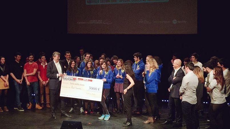 Les étudiants de l'EMLyon se sont vus remettre un chèque de 3.000 euros.