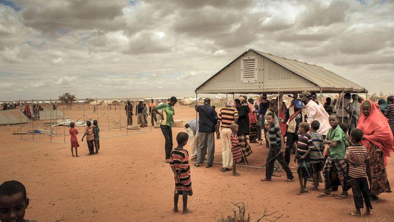 Des abris en kit en construction dans un camps de réfugiés en Ethiopie. Crédit photo: Ikea Foundation
