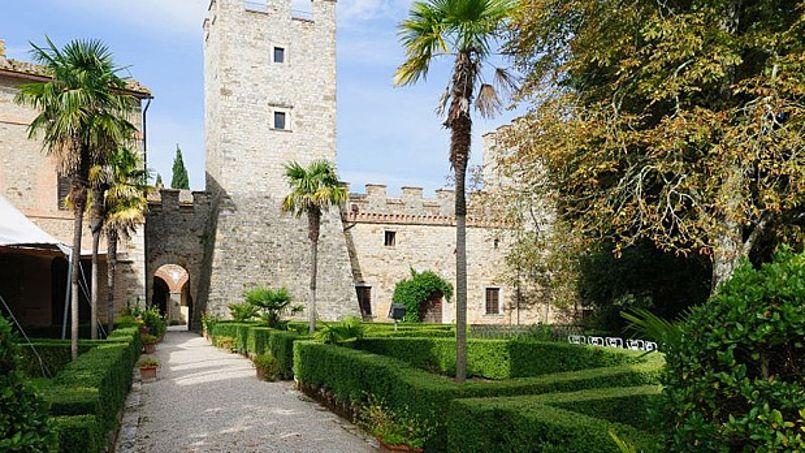 Vue d'une tour du château et d'une partie des jardins à l'italienne. Crédit: Sotheby's Realty.