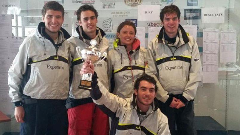 L'équipage de l'ISEP, grands gagnants de la Coupe de France Étudiants 2015. Crédits photo: CFE - CCE