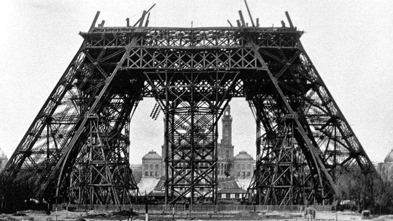 Plus de 30 ans après la parution de l'article du Figaro, la fièvre de la surélévation s'emparait de la tour Eiffel (ici, l'état des travaux en février 1888).