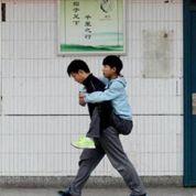 Il porte son ami handicapé pendant 3 ans pour aller à l'école
