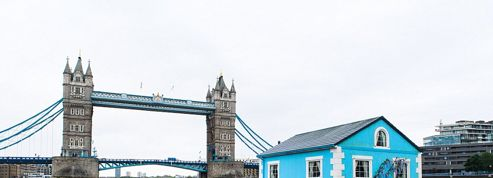 C'est une maison bleue... qui flotte et qui intrigue les Londoniens