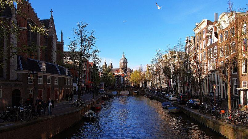 Une vue d'Amsterdam avec deux éléments symboliques: un canal, et un pont. Crédit: Flickr @ Luke Ma.
