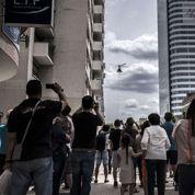 La touche finale de la plus haute tour de Lyon apportée par hélicoptère