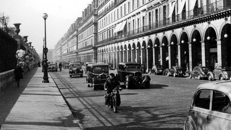 La rue de Rivoli à Paris (1er arrondissement), vers 1940.