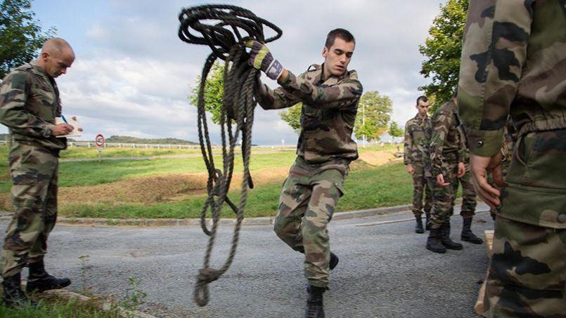 Formation militaire initiale (FMI) pour les élèves de la promotion X2013 au camp de la Courtine (Creuse) . Jérémy Barande / École polytechnique