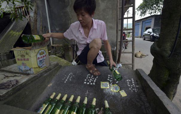 Li n'a pas bu les quelques 8 000 bouteilles de bière qu'il a utilisé. Quel gâchis!(ChinaFotoPress Getty Images)