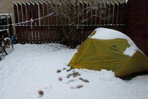 La tente d'Evan dans le jardin enneigé.