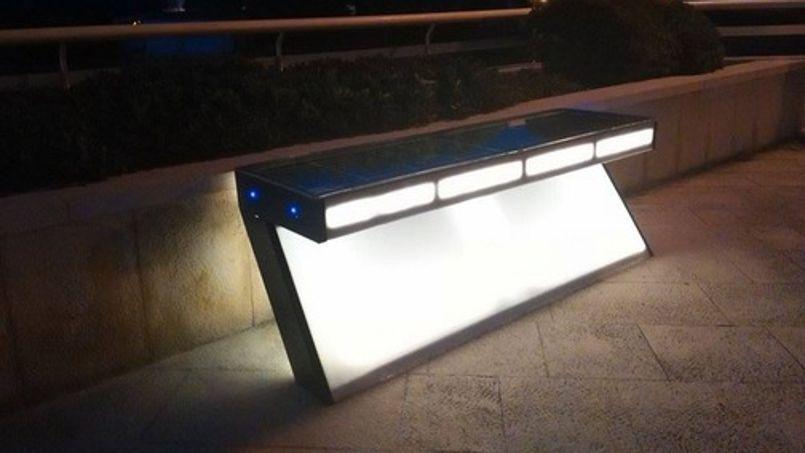 La nuit, le Solarna e-klupa peut aussi servir d'éclairage public
