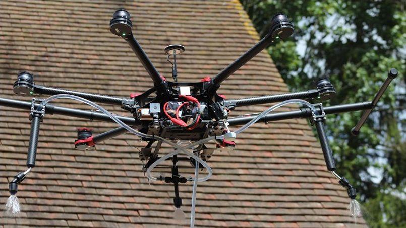 des drones dont le r le consiste nettoyer votre toit. Black Bedroom Furniture Sets. Home Design Ideas