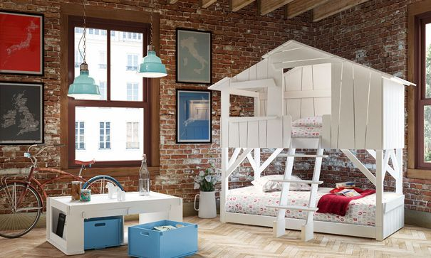 cette chambre au look rtro pour deux enfants propose deux lits superposs en forme de cabane