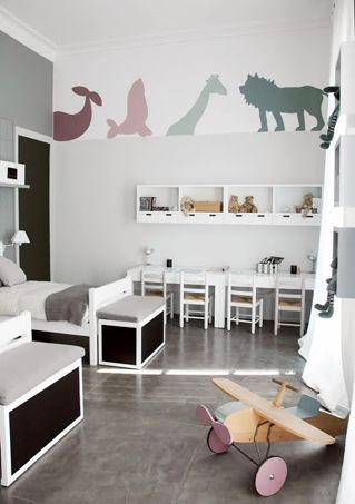chambre neutre pour deux enfants en bas ge avec un coin bureau pour chacun d