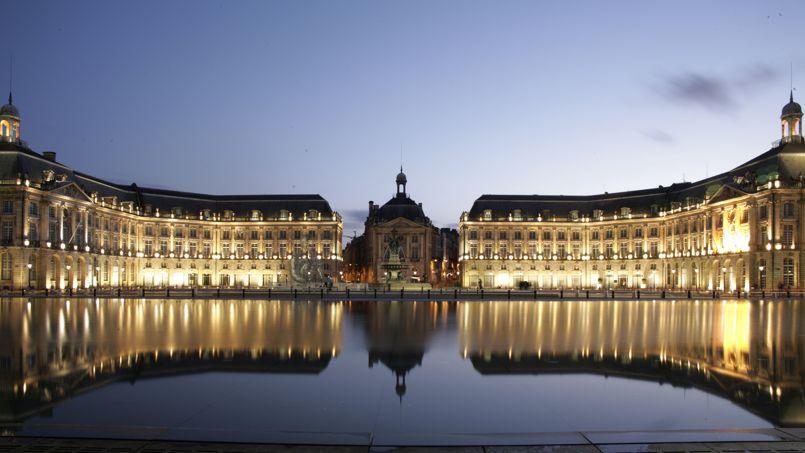 Le miroir d'eau de Bordeaux a été conçu en 2006 face à la place de la Bourse. Il est le plus grand du monde avec 3450 m². Crédit Photo: Yann Chauvel/Flickr