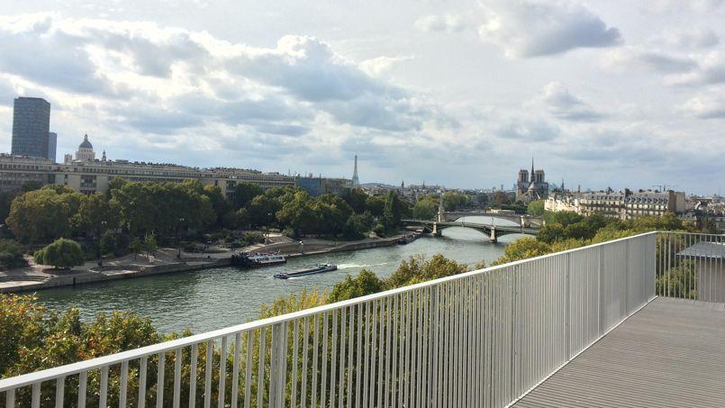 Au 7e et dernier étage de l'infrastructure, cet appartement T5 disponible en accession possède une immense terrasse offrant un panorama sur la Seine et les monuments historiques de Paris. Crédit Photo: Aurélien Jouhanneau