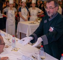 Vérification de la blancheur des gants d'un chef référent. ©Agroparistech