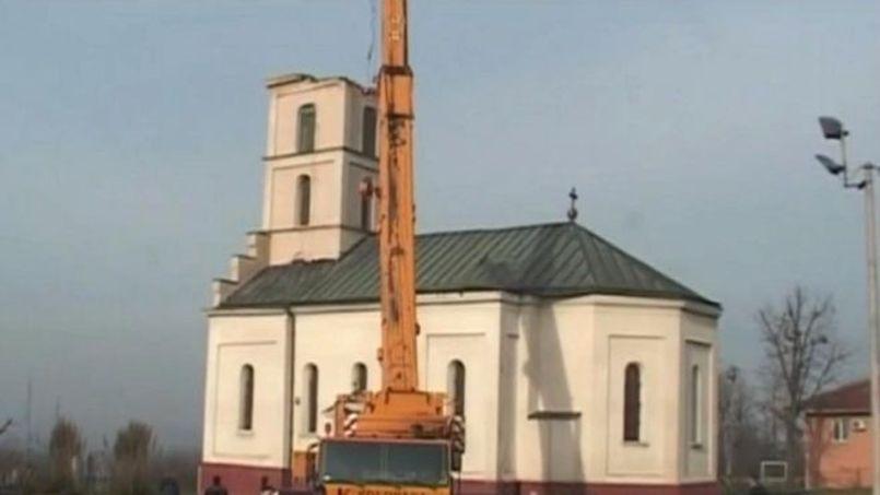 En septembre, le clocher a été démonté pour préparer la démolition de l'église. Capture GEM Televizija