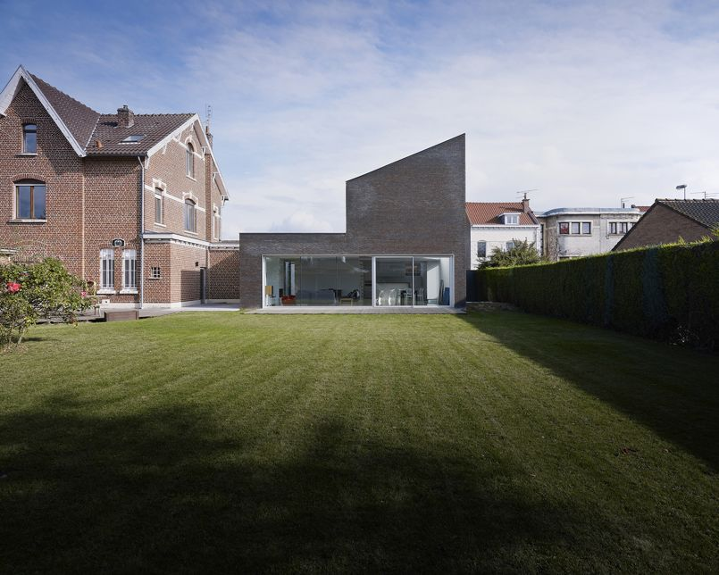 En r gion lilloise une extension noire pour une maison de brique rouge - Combien de brique pour une maison ...