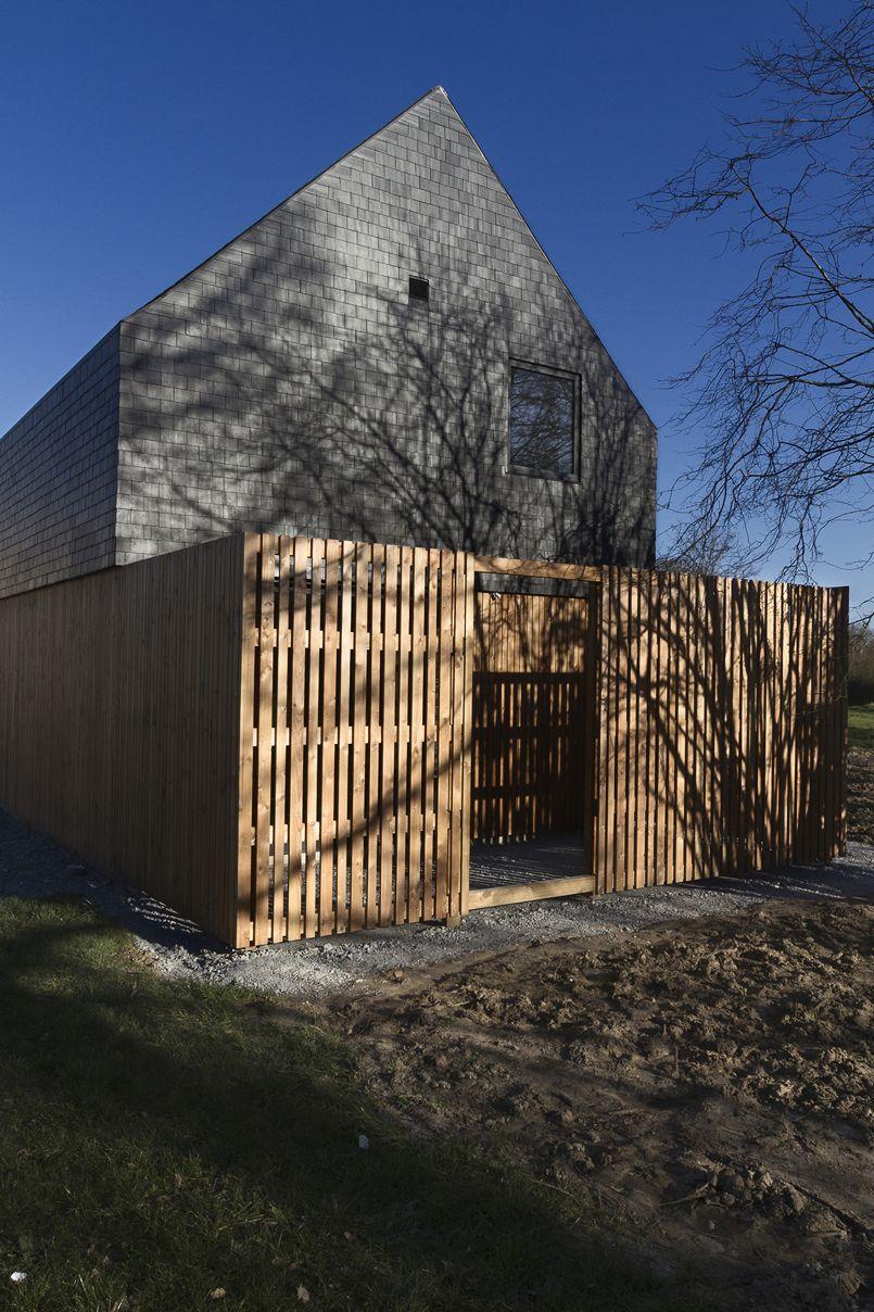un audacieux toit en ardoise pour une maison bretonne. Black Bedroom Furniture Sets. Home Design Ideas