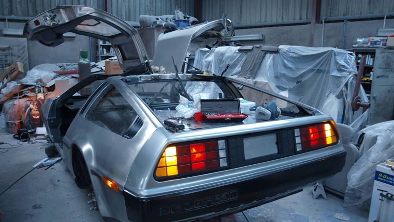 En pleine réparation dans le garage de l'université de Belfast, la DeLorean est désormais fin prête pour retourner vers le futur. ©QUB Electric DeLorean (sur Facebook)